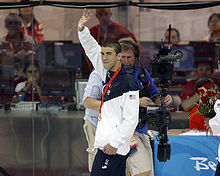Michael Phelps waves after winning 400M IM in Beijing 2008-08-10.jpg