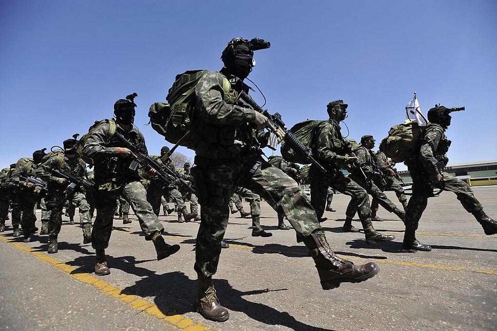 Militares desfilam na cerimônia de posse do general Vilela no Comando de Operações Terrestres (Coter). (7945391348)
