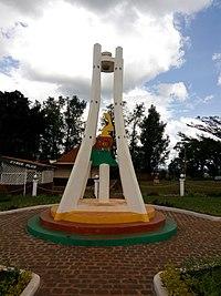 Monument du Cinquantenaire de la Fête de la Jeunesse à Mbouda.jpg