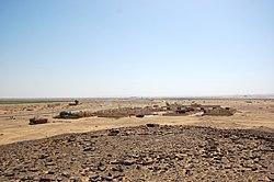 Mirando hacia el sur, el edificio de la estación de tren de Hejaz en la distancia detrás del pueblo