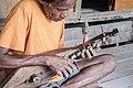 Musisi Legendaris Umbu Ndilu dari Sumba Timur bermain alat musik Tradisional di sebut Jungga Humba.jpg