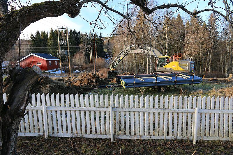File:Nedgraving av plastrør i teknosfæren etter Kronborgsæterlinna i Øverskreien på Toten - Norway.jpg