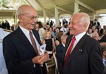 Photographie couleur de Collins et Aldrin se parlant lors d'une cérémonie.