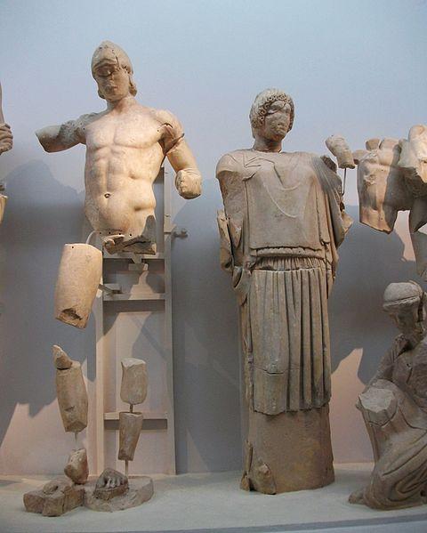 File:Pèlops i Hipodamia, frontó oriental del temple de Zeus, Museu Arqueològic d'Olímpia.JPG