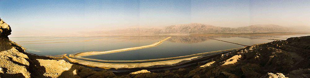 תמונה פנורמית של בריכות מפעלי ים המלח באגנו הדרומי של ים המלח