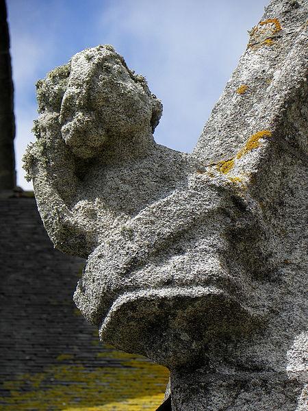 Extérieur de l'église Saint-Nonna de Penmarc'h (29). Ange sculpté ornant un rampant d'un pignon.