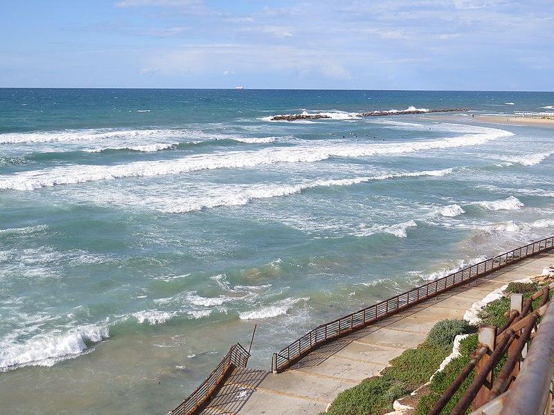 חוף נתניה בסערה