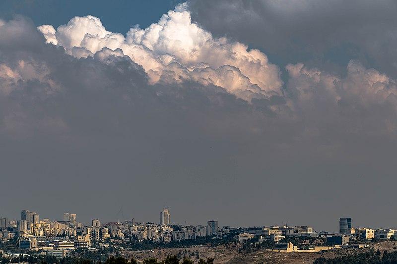 עננים מעל עיר הבירה