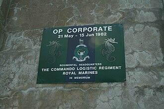 Ajax Bay - Image: Placa conmemorativa al comando logístico británico