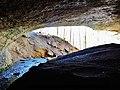 Porche de la grotte de Plaisir-Fontaine, vu de l'intérieur.jpg