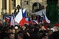 Praha, Hradčanské náměstí, protiuprchlická demonstrace, vlajky.jpg