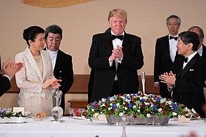 3670076d556 2019年5月27日に皇居で開かれた宮中晩餐会の様子。天皇(右)及びアメリカ大統領ドナルド・トランプ(中央)はブラックタイを着用している。