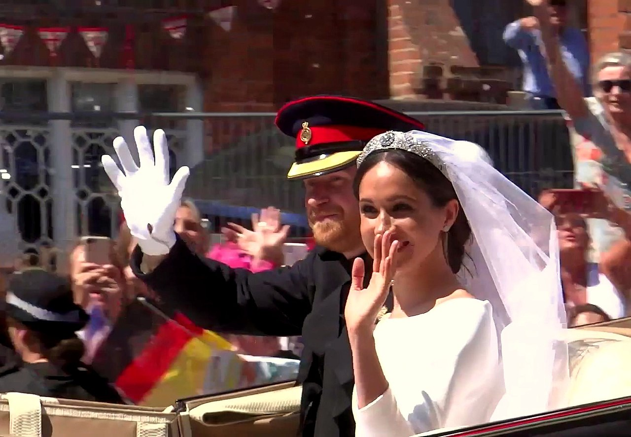 Prince Harry and Meghan's carriage procession through streets of Windsor 05.jpg