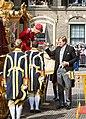 Prinsjesdag 2014 - Koning helpt Koningin uit Gouden Koets (cropped).jpg