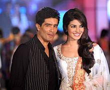 Manish Malhotra die naast Priyanka Chopra op een benefiet modeshow