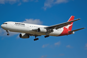 Qantas Boeing 767-300ER VH-ZXE SYD 2005-9-17.png