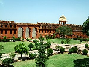 Rajasthan-Jaipur-Jaigarh-Fort-compound-Apr-2004-00.JPG