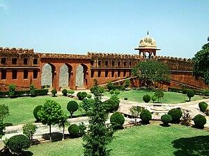 Jaigarh Fort - Image: Rajasthan Jaipur Jaigarh Fort compound Apr 2004 00