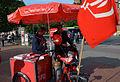 Robert Nicholls, SPD-Ratsherr in Hannover, hier mit Bürgern am Wahlstand am Klagesmarkt.jpg
