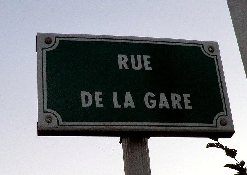 Panneau de la rue de la gare à Saint-André-de-Corcy.