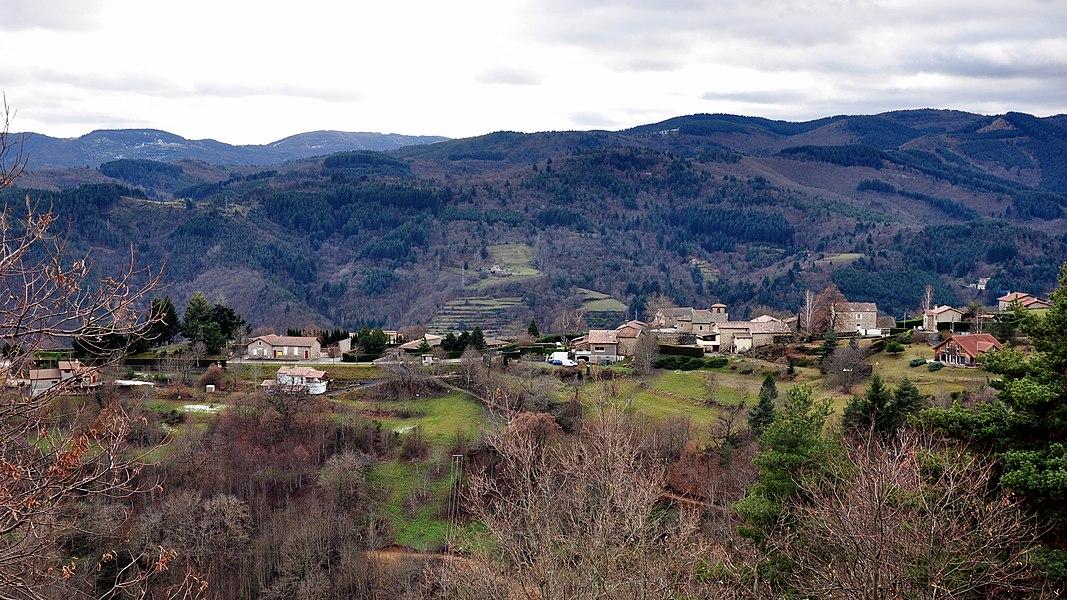 Saint-Cierge-sous-le-Cheylard depuis la route de Saint-Jean-Roure.