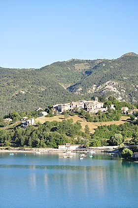 Village dominant le lac de Castillon