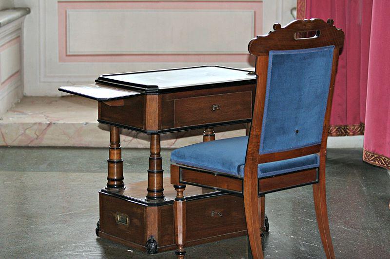 File:Sedia e scrivania nella Camera da letto da campo.JPG - Wikipedia