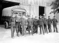 Soldaten vor der Lagerhalle und einem Materiallastwagen - CH-BAR - 3241275.tif