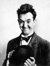 Stanlio fotografato sul set di Non abituati come siamo (1929) - il suo primo film sonoro con Ollio