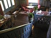 Fil:Stora vardagsrummet sett från ovanvåningen.jpg