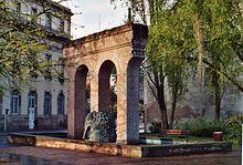 fontaine avec des arches rappelant un aqueduc