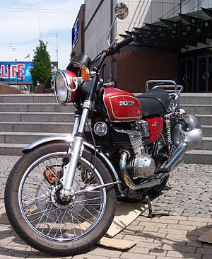 Suzuki GT550 - Ram air cooling shroud on top of the cylinder head
