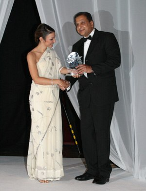 Tarique Ghaffur - Ghaffur receiving the Asian Woman Magazine Lifetime achievement award 2007