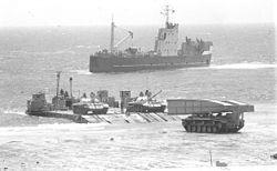 דוברת שחף 20 של חיל הנדסה מתאמנת בתרגיל נחיתה במפרץ אילת ברקע נחתת שיקמה, אוגוסט 1973.