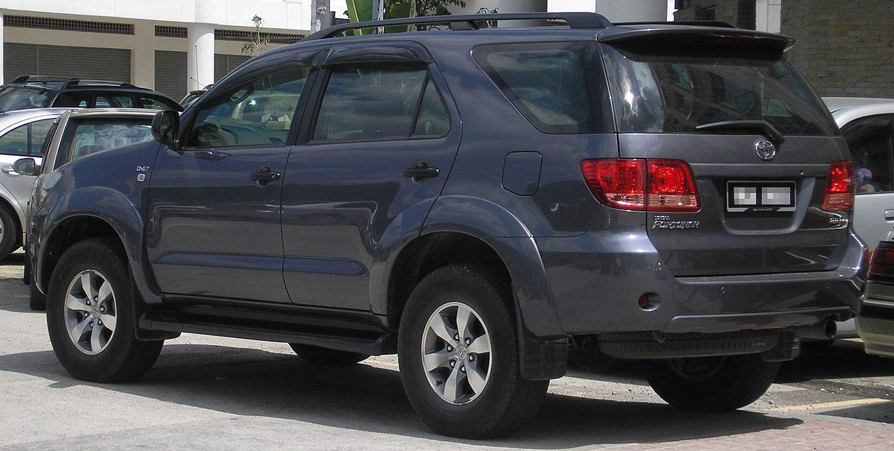 File:Toyota Fortuner (first generation) (rear), Serdang ...