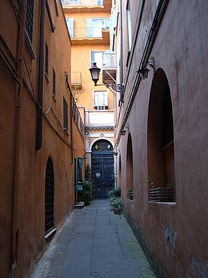 Madonna dell'Archetto - The alleyway and the entrance to the chapel
