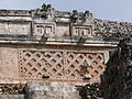 Uxmal - Pyramide des Zauberers 13 Ornamente am oberen Tempel.jpg