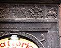 Via delle grazie 48, portale in pietra nera con medaglioni, putti, grottesche e figure a cavallo 02.jpg