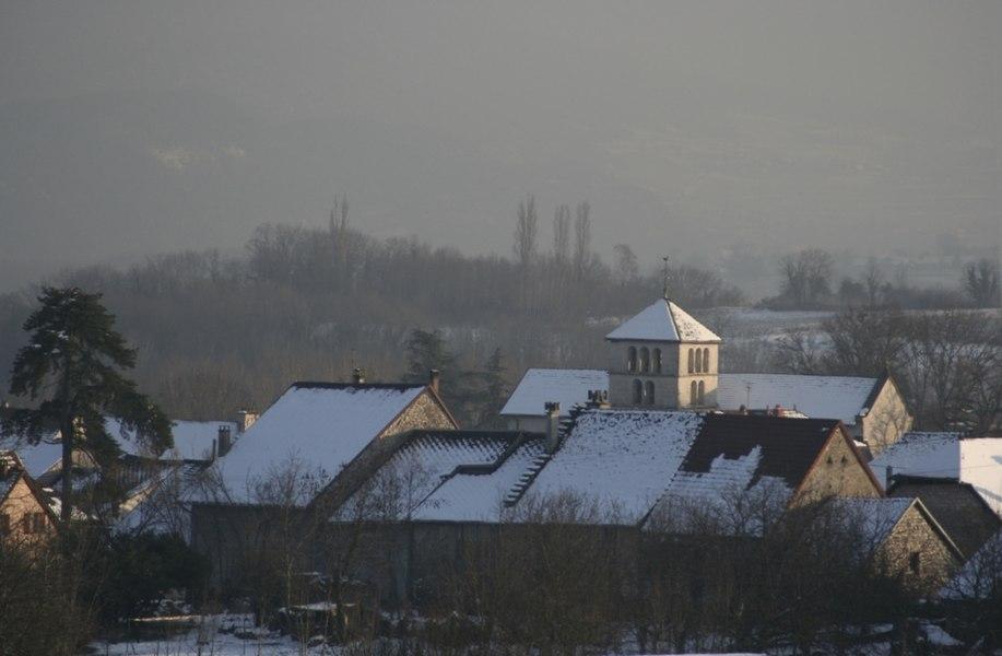 Vue sur le bourg de Ceyzérieu sous la neige.