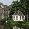 """Speelhuis, gepleisterd rechthoekig gebouwtje onder met pannen gedekt tentdak. Op het terrein van het Huis """"Middendorp"""" aan de Vliet"""