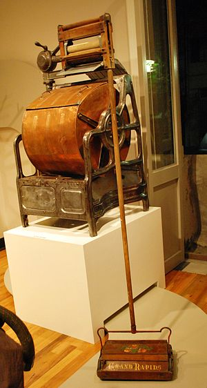 Museo del Objeto del Objeto - Washing machine and carpet sweeper from the permanent collection.