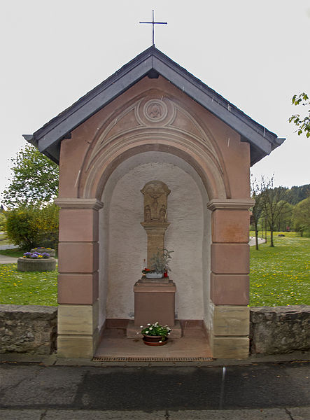 Wayside chapel with wayside cross in the Allée Grande-Duchesse Charlotte in Colmar-Berg