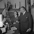 Wereldtabakscongres. Minister A.H.M. Albregts neemt een snuif, Bestanddeelnr 904-7673.jpg