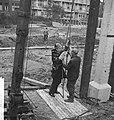 Wethouder R. Langerak heit eerste paal voor jeugdherberg aan de Rochussenstraat , Bestanddeelnr 913-1078.jpg