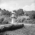 """""""Pil"""" nad Mančami (na cesti proti Štanjelu) z letnico 1684 1958 (2).jpg"""