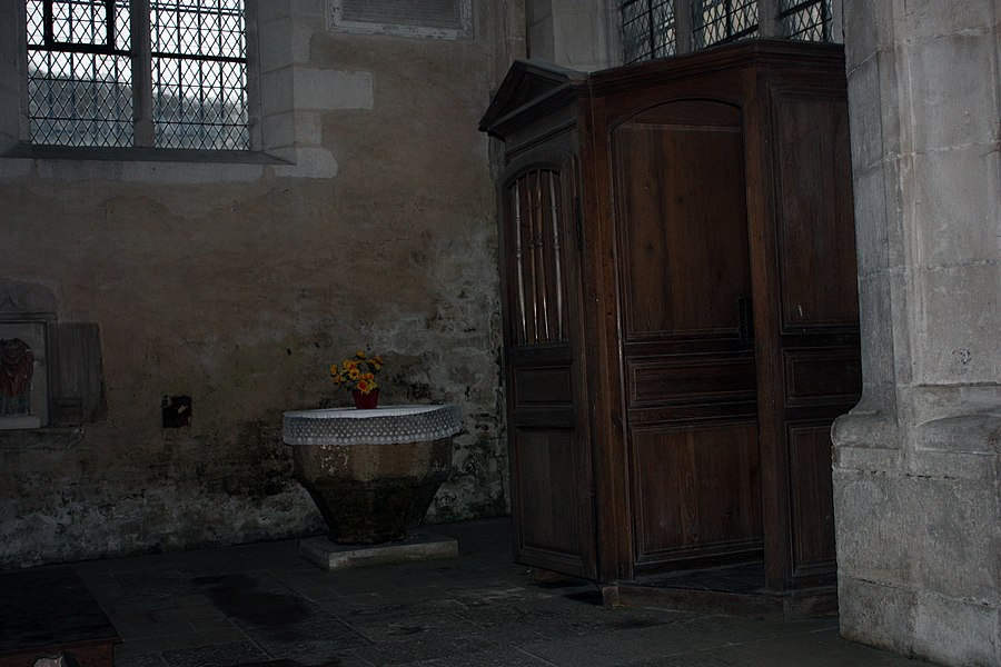 English:  Side chapel of the south aisle: Baptismal fonts and confessionnal.