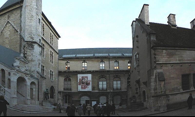 File:Двор здания рыцарей ордена золотого Руна.jpg