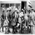 המאורעות בארץ ישראל 1938 - חיילים בריטיים מקבלים מנות אוכל עוולים על אוטובוס-PHL-1088141.png