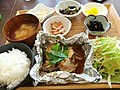 日替わり定食、包み焼きのチキンえ (33886365352).jpg