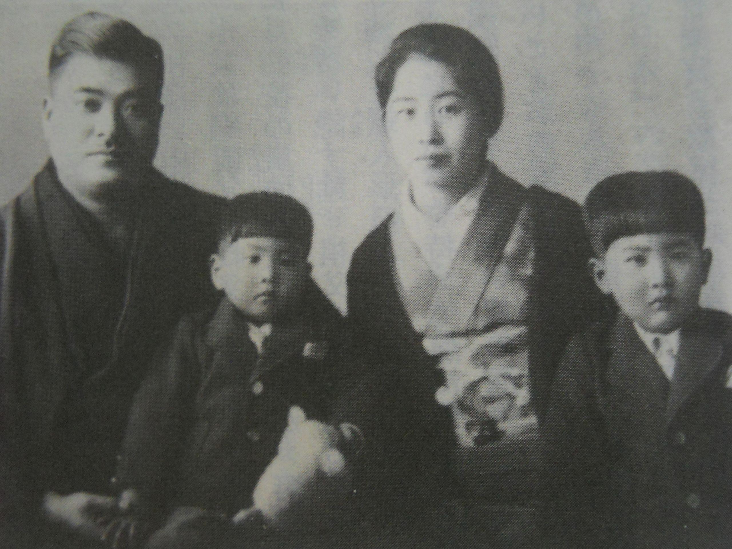 小樽にて家族写真(左から父・潔、裕次郎、母・光子、兄・慎太郎)Wikipediaより